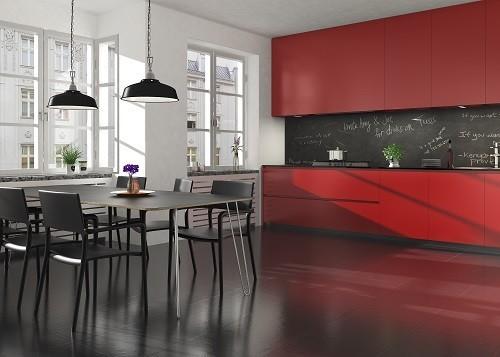 Rötliches Laminat zu roter Küche