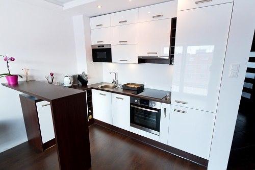 Laminat in Rot-Tönen in einer Küche